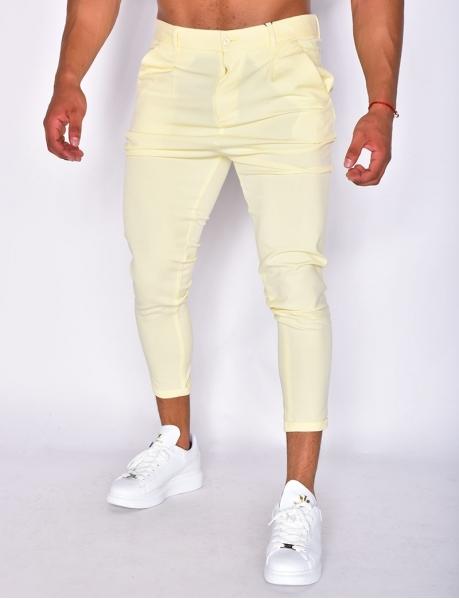 Pantalon jaune retroussé au cheville