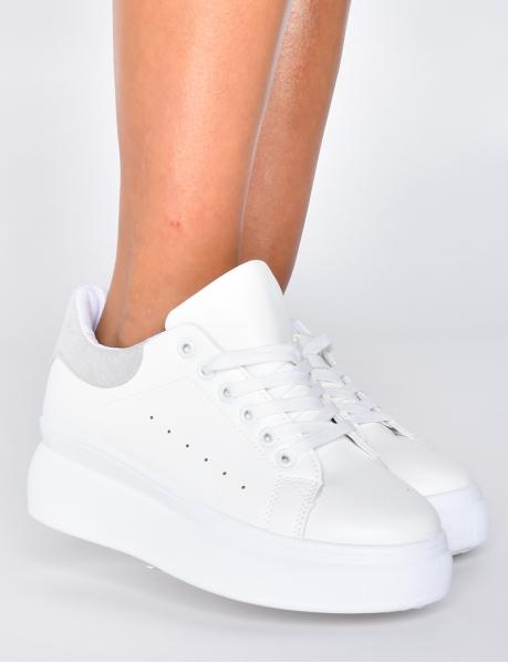Sneakers mit dicker Sohle.
