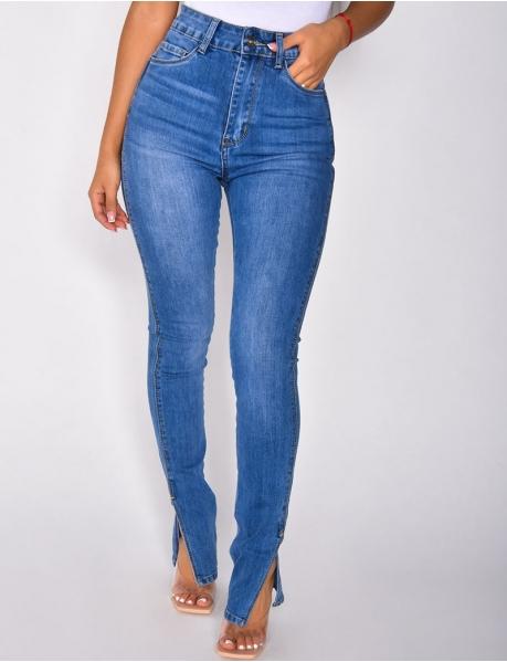 Jeans mit hoher Taille und Schlitzen